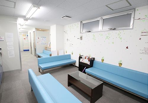 待合室です。リラックスしてお待ちいただけるよう広くスペースを確保しています。